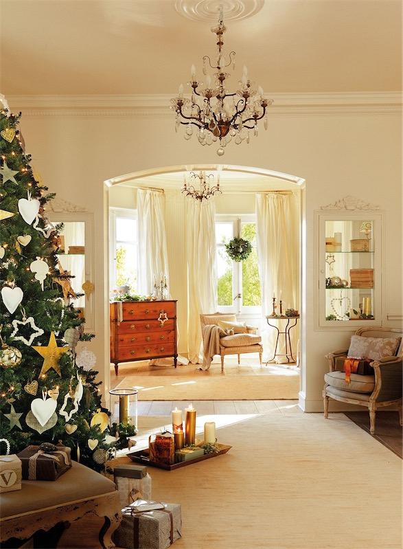 sala de estar con lampara de arana y arbol de navidad chicanddeco
