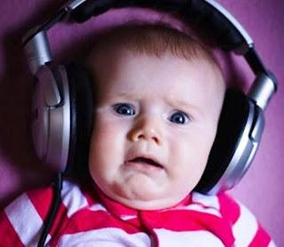 Foto gambar bayi lucu mendengarkan musik 24