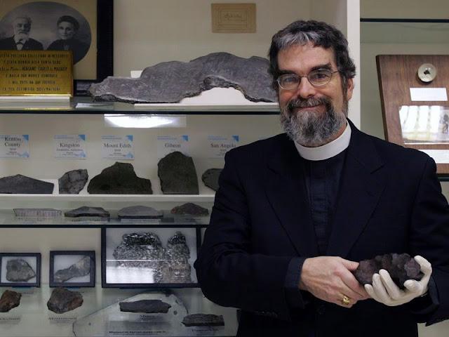 Padre Guy J. Consolmagno, astrônomo e curador da coleção de meteoritos do Observatório do Vaticano
