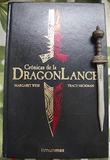 Portada de la edición ómnibus de Crónicas de la Dragonlance, de Margaret Weis y Tracy Hickman