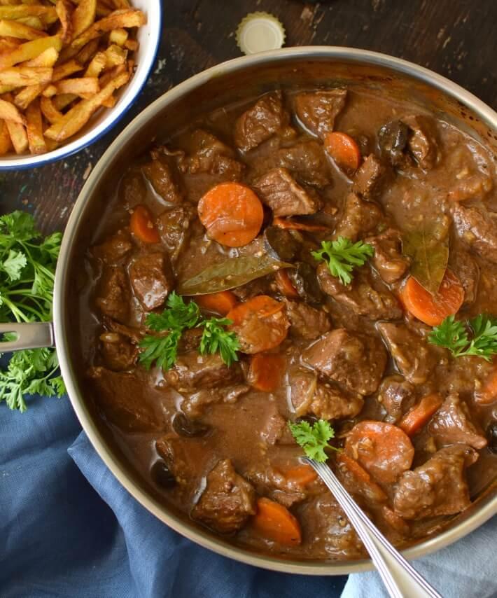 Carbonnandes a la Flamande, Estofado belga, Estofado a la flamenca, estos son algunos de los nombres que se le dan a este robusto plato típico de la gastronomía belga