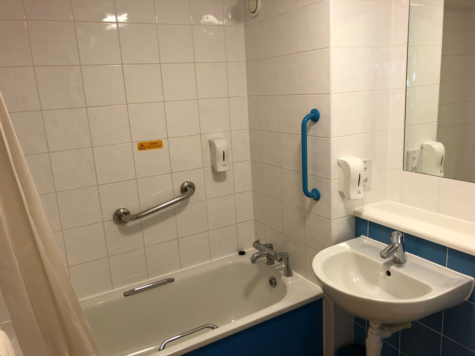Are Travelodge SuperRooms worth it?  (Travelodge Windsor Central Review) - standard bathroom