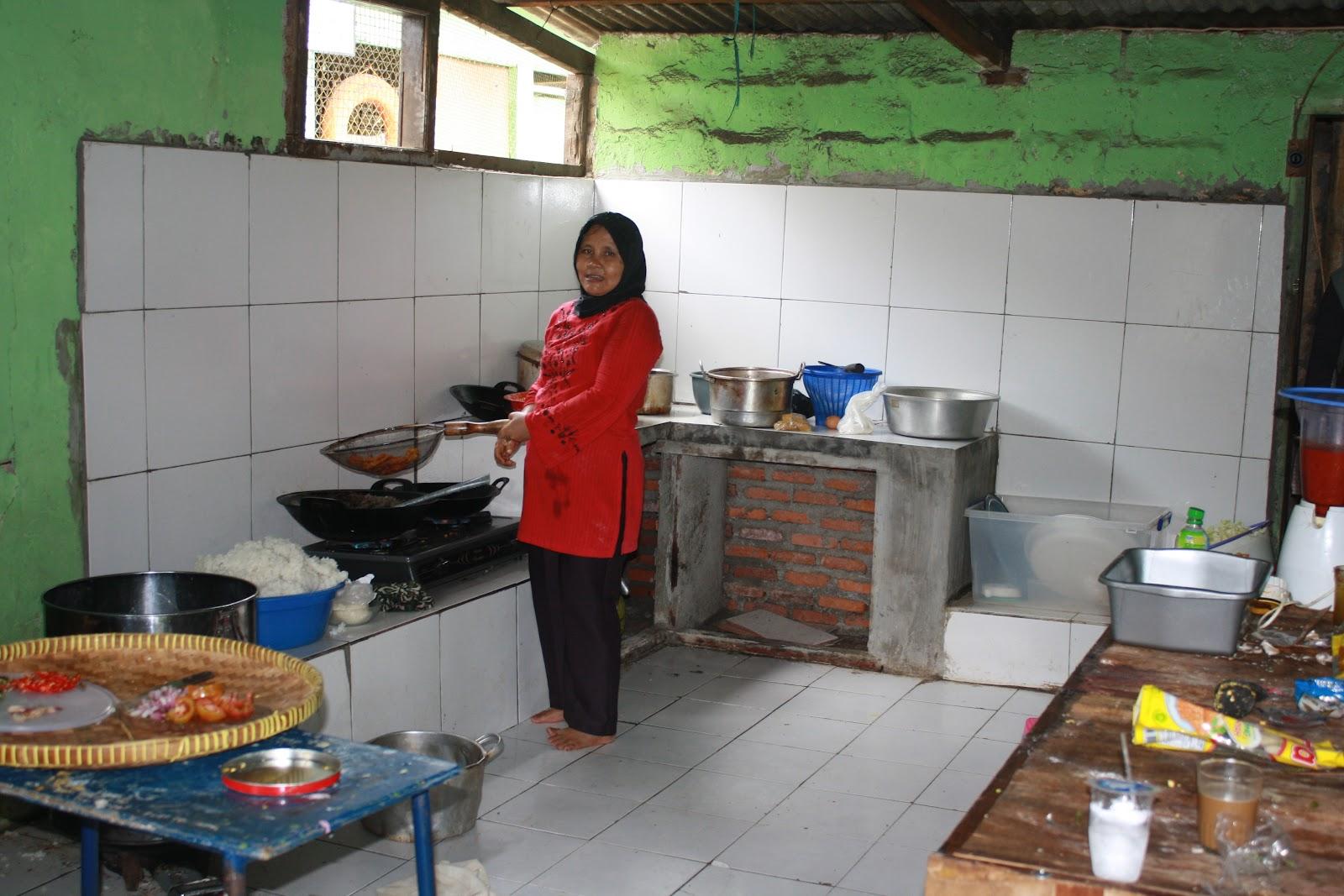 Gambar 9 Rohimah Membantu Memasak Di Dapur Umum Knowledge Sharing Master Orang Miskin Bisa Sekolah