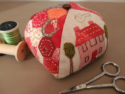 alfiletero, pincushion, costura, couture, sewing, hexies, EPP, aplicación, aplique, patchwork, natalie bird