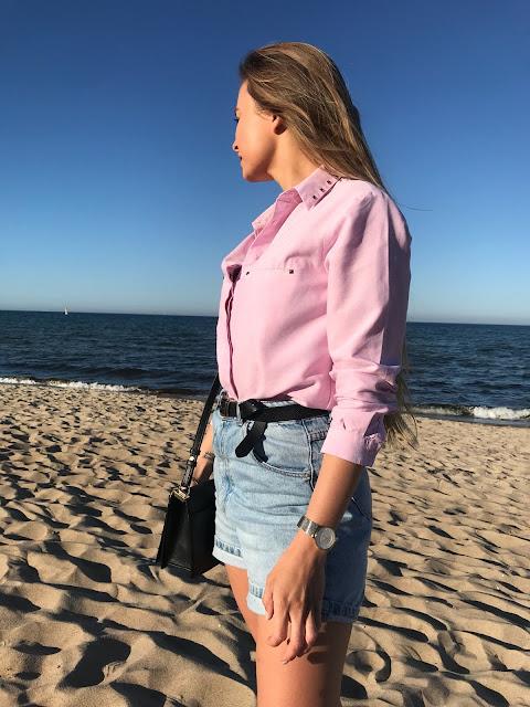 Koszula i jeansowe szorty spodenki jeans pasek różowa koszula mokasyny buty sportowe stylizacja na plażę na spacer na oficjalne formalne spotkanie na rower swobodny strój zara outfit