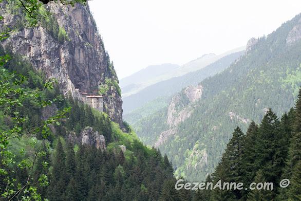 Trabzon Maçka'da Altındere vadisinde 300 m yükseklikte yer alan Sümela, Meryem Ana manastırı