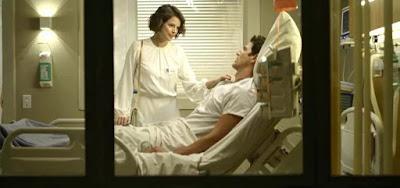 Josiane (Agatha Moreira) chega no leito de Régis (Reynaldo Gianecchini) cheia de esperança