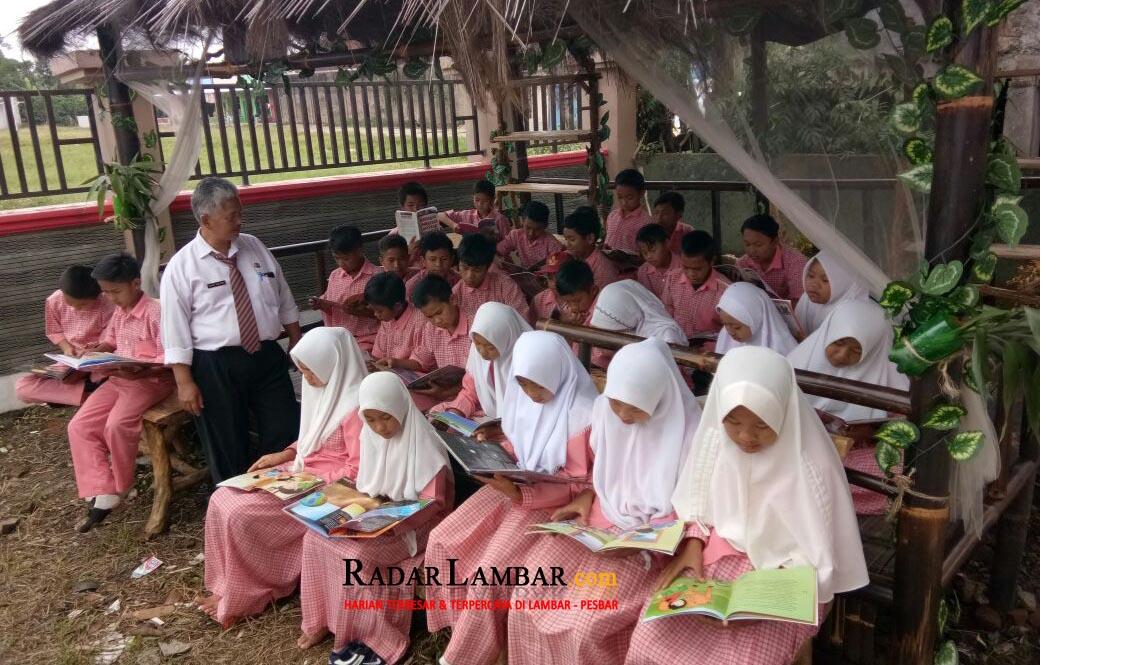 Dukung Lambar Literasi ,   SDN 1 Purajaya Sulap  Halaman Jadi Taman Bacaan
