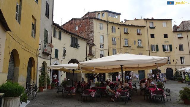 mercato all'aperto in piazza anfiteatro, Lucca