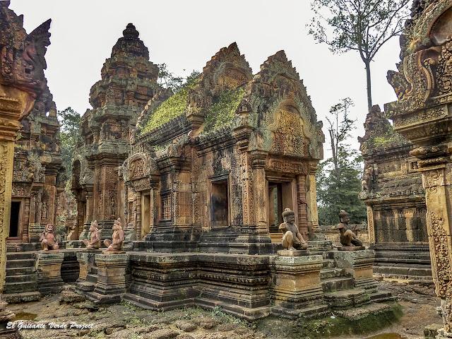 Banteay Srei, guardianes del mandapa y prasat principal - Angkor, Camboya por El Guisante Verde Project