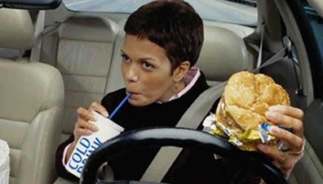 Tiga Masalah Kesehatan Ini Dapat Timbul Akibat Kebiasaan Buruk Minum Sambil Makan