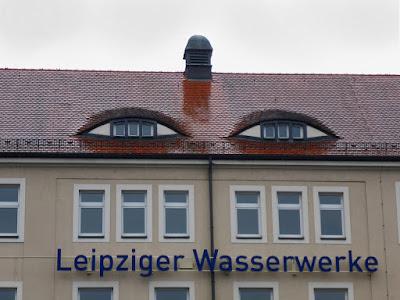 Haus mit Dachgauben, die wie Augen aussehen.