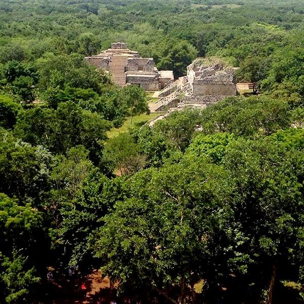 Hoy visitamos la ciudad maya de Ek Balam, que se traduce como Jaguar Negro, Estrella Jaguar o Lucero Jaguar.  Para los antiguos mayas el balam (jaguar) es sagrado y en su piel ven pintado el cielo lleno de estrellas.