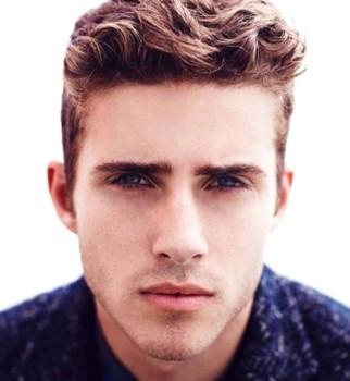Potongan rambut pendek pria bergelombang