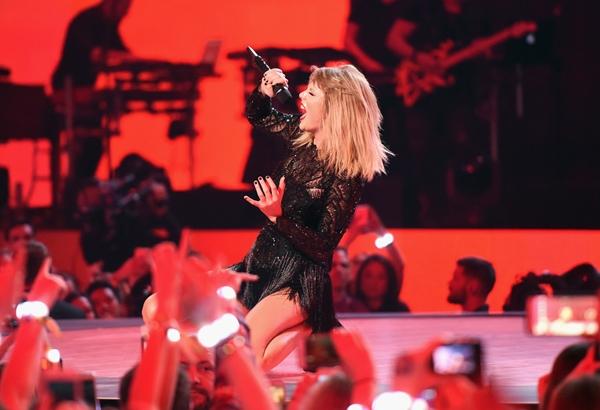2017-02-04  テイラー・スウィフト (Taylor Swift)、ヒューストンで行われたスーパーボールの前夜祭「DIRECTV Super Saturday Night」でパフォーマンスを披露。