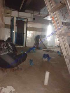 Dalam pengerjaannya, terlebih dahulu lantai kerja dibersihkan dari minyak, dari debu, dan kotoran-kotoran yang menempel sampai benar-benar bersih, kemudian melapisi permukaannya dengan primer menggunakan roll ataupun kuas