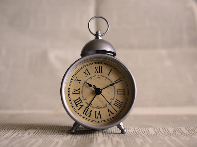 Photograph of an old-fashioned alarm clock, representing the question of how much time it takes to teach a Spanish community service learning course