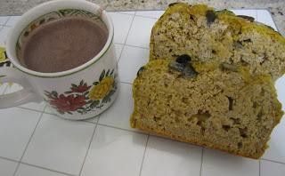 Tranches de cake à la courge butternut avec une tasse dechocolat chaud