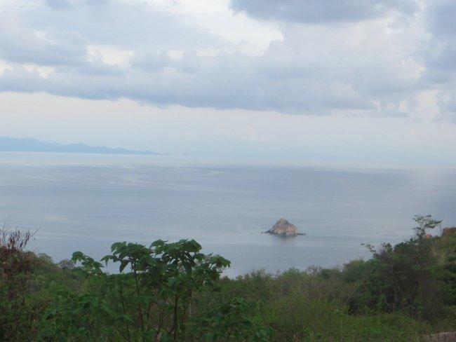 Маленький остров в виде скалы
