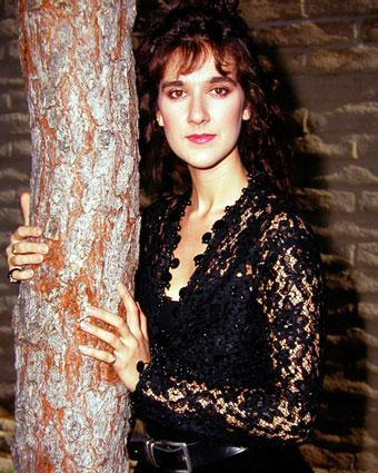Foto de Céline Dion posando en un árbol