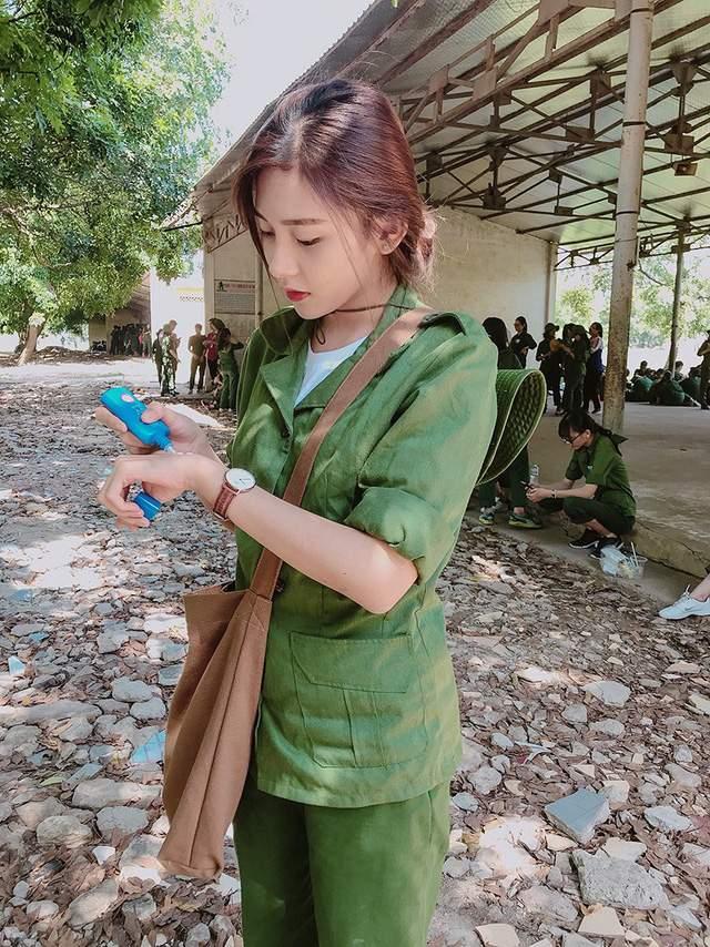 Bức ảnh nữ sinh xinh đẹp đi học quân sự khiến bao chàng say đắm - Ảnh 1