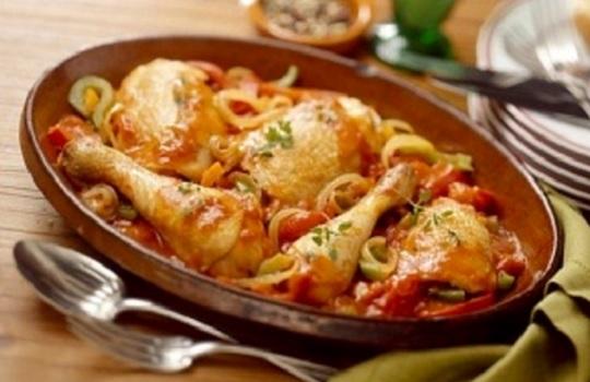 Como hacer pollo guisado en salsa sencillo como cocinar for Como cocinar filetes de pollo