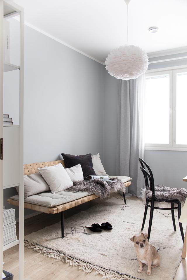 IKEA sohva, työhuoneen sisustus, ton-tuoli, beni ouarain matto,