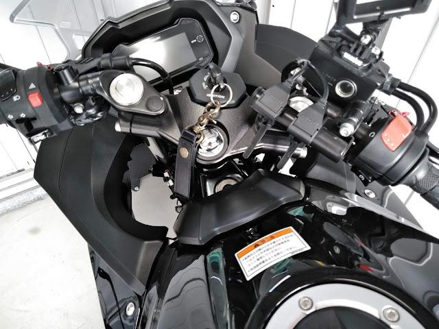GSX250RとデイトナUSB電源の写真