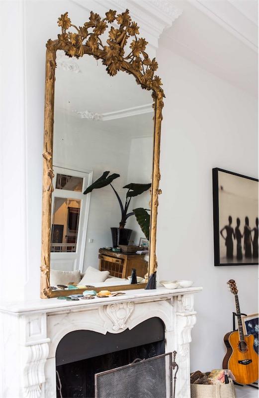 espejo antiguo sobre la chimenea chicanddeco
