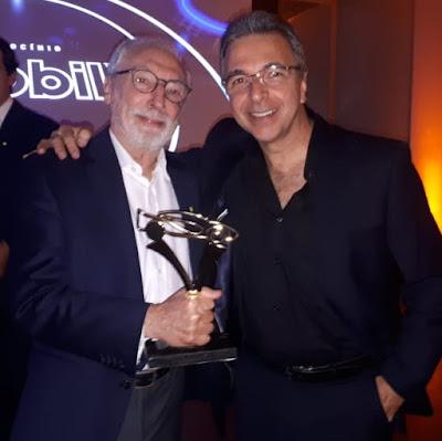 O troféu na mão de Percival Lafer, ao lado de um grande entusiasta do MP: Gilberto Martines.
