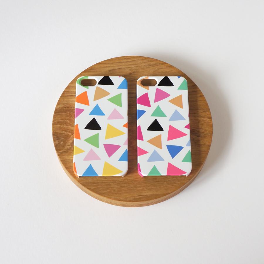 三角模様のスマホケースが2つのカラーで出来上がりました♡