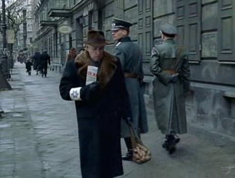 El padre (Frank Finlay) en El pianista del gueto de Varsovia - Cine de Escritor