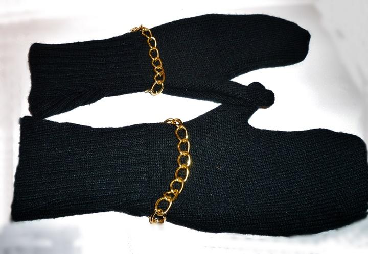 zwei schwarze Fausthandschuhe mit goldener Kette - Pulloverupcycling