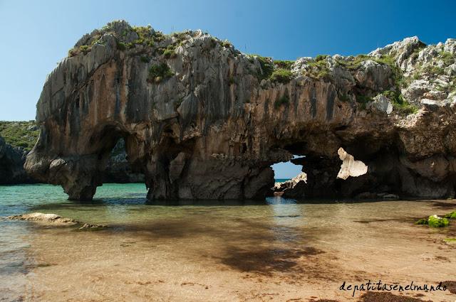 Playa de las Cuevas del Mar en Asturias