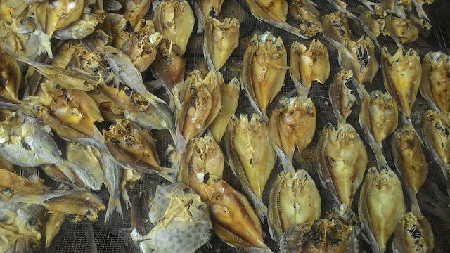 empat Penjual dan Pembuat Ikan Asin di Lampung