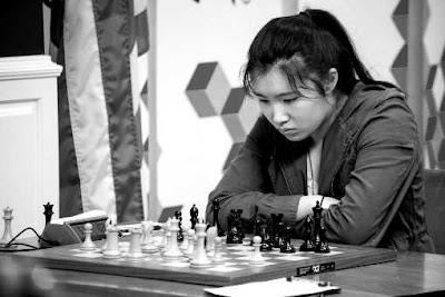 L'exploit de la ronde 4 est à mettre à l'actif de Jennifer Yu (2196) qui défait avec les Noirs Irina Krush (2444) aux championnats d'échecs des USA 2017