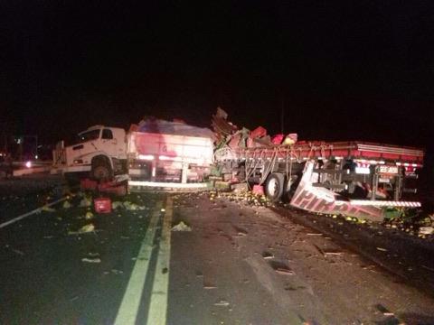 TRAGÉDIA: Caminhões colidem na BR-222 e acidente deixa uma pessoa morta em Sobral