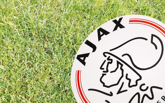 Ajax achtergrond met gras en logo
