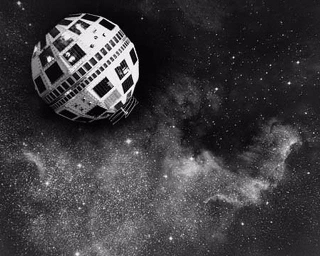 Mô hình của vệ tinh Telstar 1 được trưng bày tại một triển lãm ở Cleveland năm 1964. Credit: NASA.