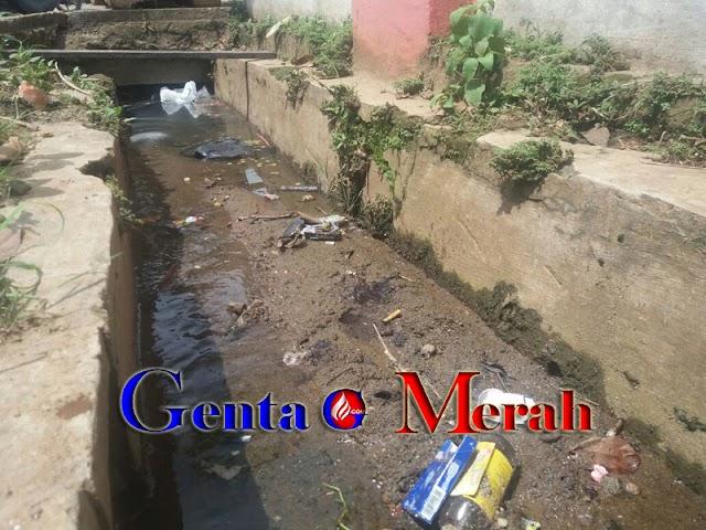 Tumpukan Sampah di  Siring Jalan A Yani Pesawaran Dikeluhkan Warga