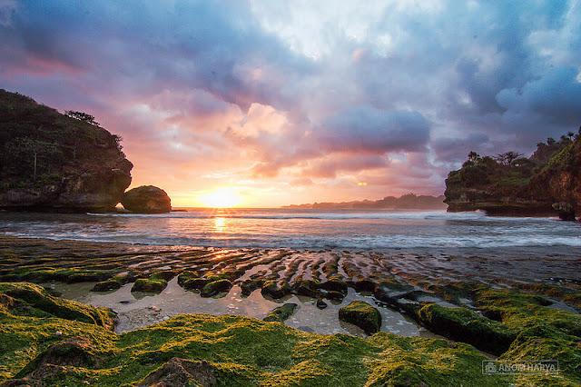 sunset di pantai batu bengkung malang