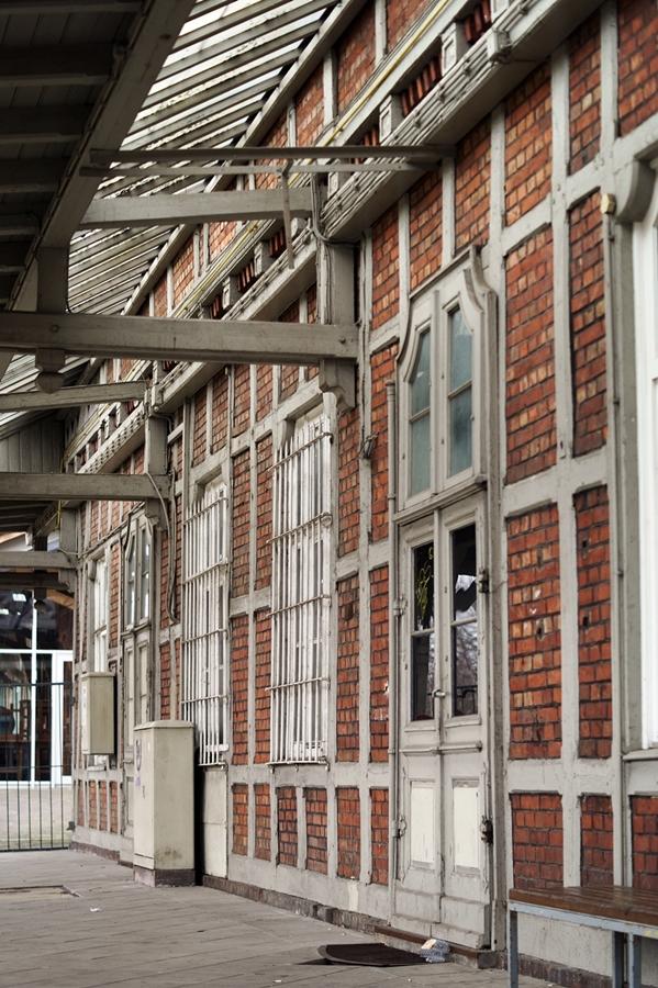 Blog + Fotografie by it's me fim.works - Bahnhof Dissen, Backsteinwand, vernagelte Tür, Fachwerk