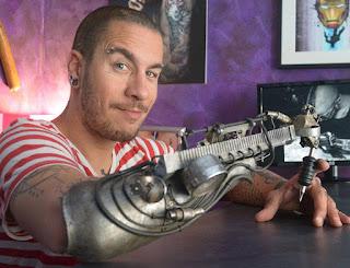 Tatuador sin brazo que logra trabajos increíbles gracias a una prótesis
