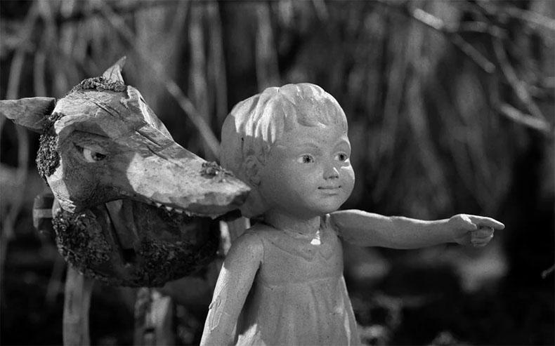 En el otro lado del bosques: Una historia en stop-motion sobre una pequeña niña de arcilla perdida en el estudio de una artista