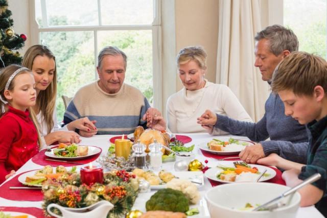 Ενοχλητικοί συγγενείς στο γιορτινό τραπέζι; 7 τρόποι για να μη σας χαλάσουν τη διάθεση