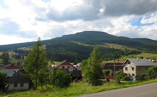 Kráľova skala (1690 m n.p.m.) - widok ze wsi Telgárt.