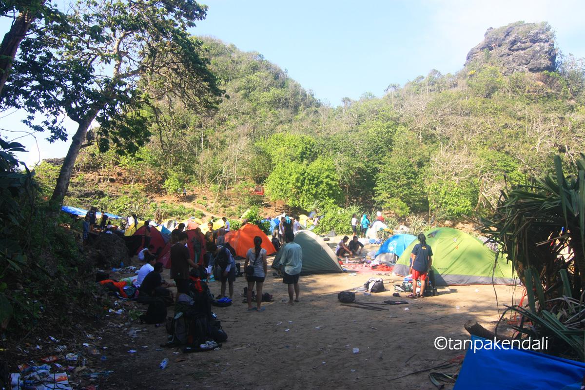Tumpukan Tenda dan Sampah di Pulau Sempu. (Foto by: Wisnu Yuwandodo