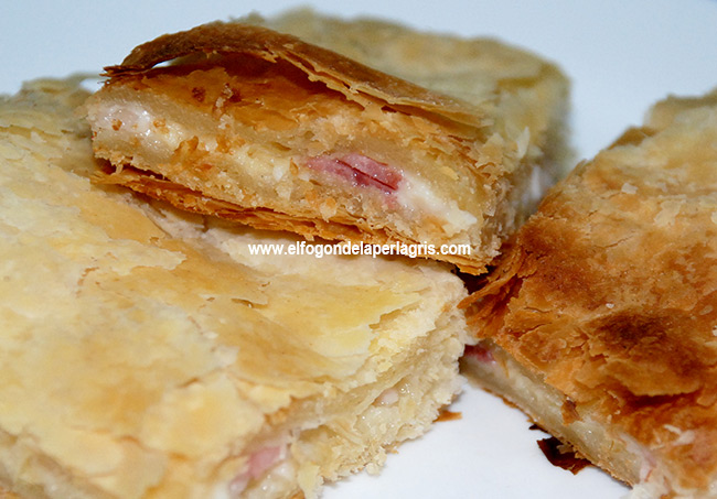 Milhojas de bacon, jamón y queso