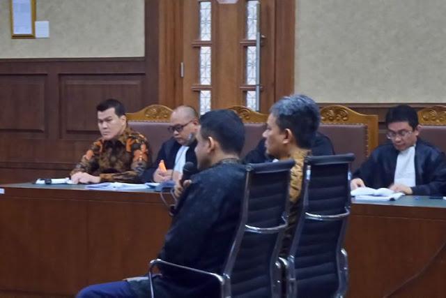 Muhammad Nazaruddin bersaksi dalam sidang kasus korupsi pengadaan e-KTP di Pengadilan Tipikor Jakarta, Senin (20/11/2017).(KOMPAS.com/ABBA GABRILLIN)