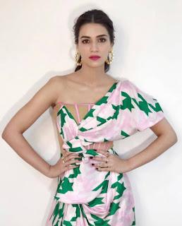 Indian Actress Kriti Sanon In Sleeveless Pink Dress (4)